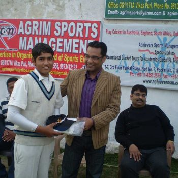 Director-of-Achievers-Sports-Management-Presting-Match-of-Series-Award-to-Muklit-Bhatt